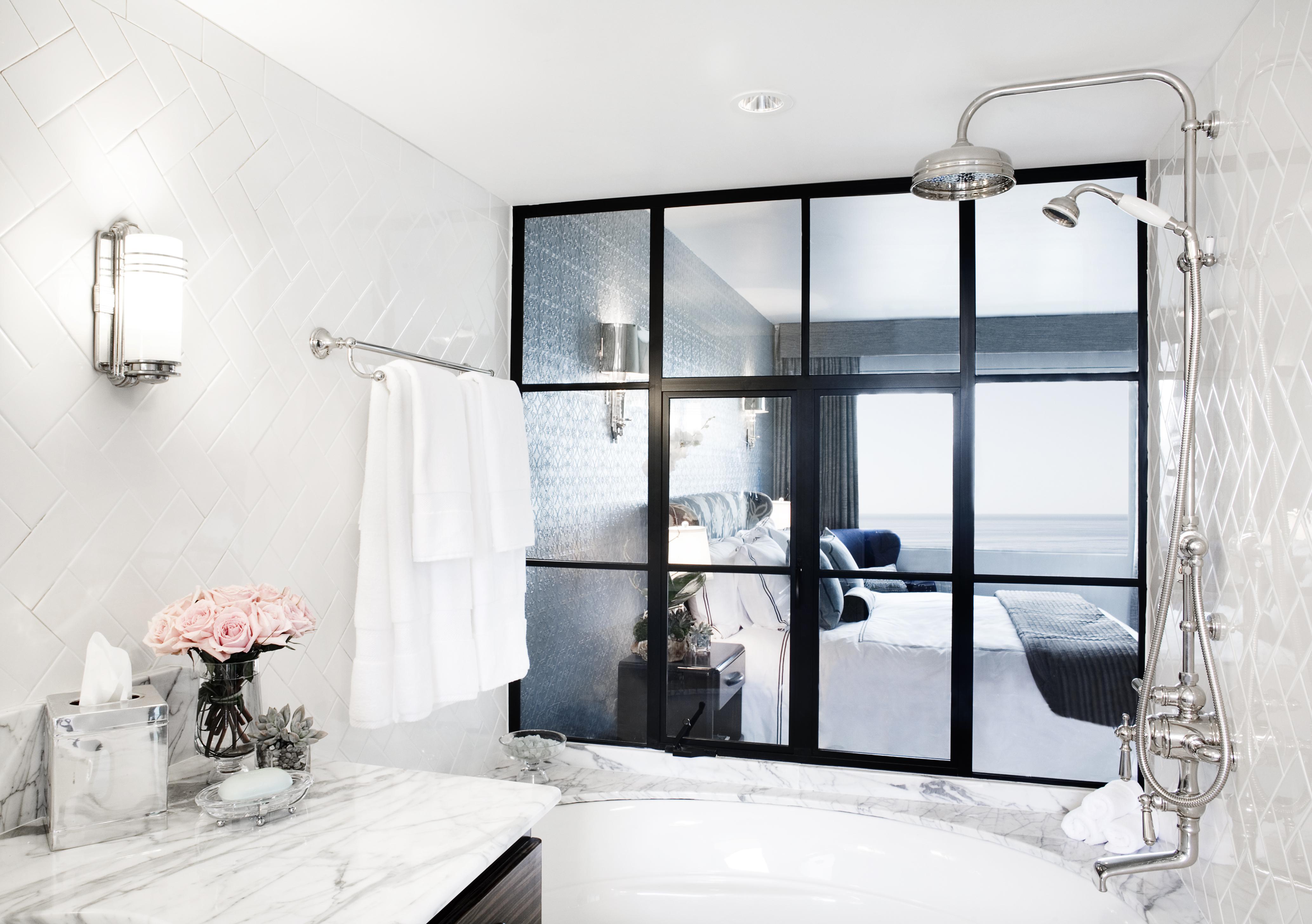 3 One Bedroom Suite_Tub hi res