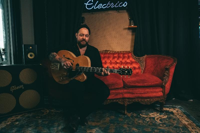 Nathaniel Rateliff stops by the Gibson Showroom in Austin to play the new Chuck Berry 1955 ES 350T. Credit: Ryan Vestil.
